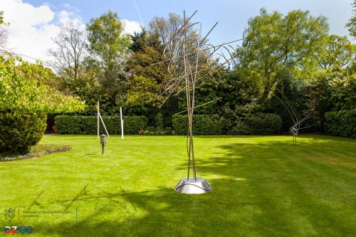 Sculptures by Milan Grygar and Karel Malich embellish the garden adjoining the Czech ambassador's residence in London (29.5. 18 16:49:14)