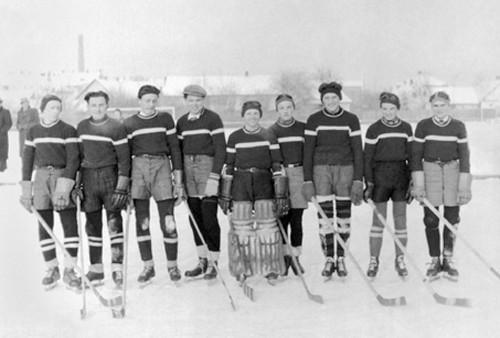 Dorostenecké hokejové mužstvo H. O.S. K. Holice před zápasem sA. F.K.Chrudim / Karel Malich druhý zprava / foto archiv autora