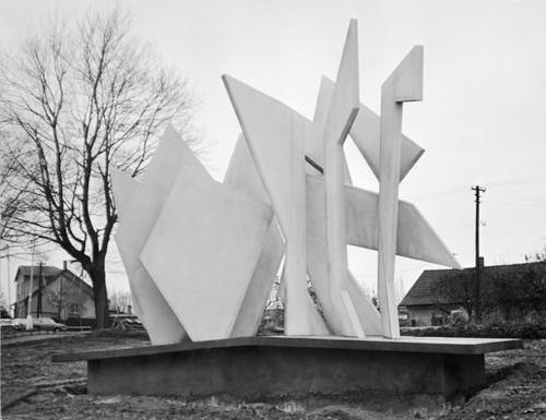 Bílá plastika Karla Malicha uvstupu DTD Jihlava / železobeton / 8'2×6'2×2'7m / 70.léta / foto archiv autora