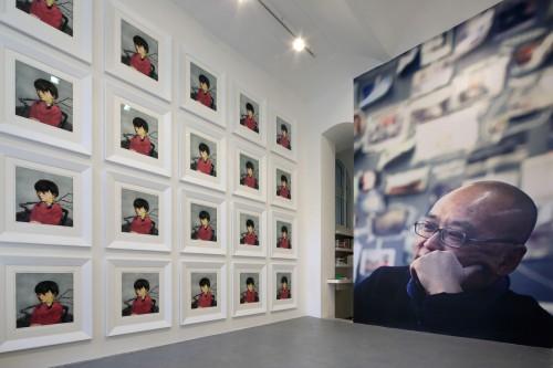 Výstava   Zhang Xiaogang — Slivoň a dívka (1.12. 17 14:23:54)