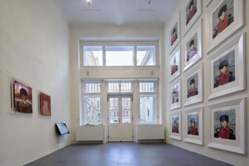 Výstava   Zhang Xiaogang — Slivoň a dívka (1.12. 17 14:23:47)