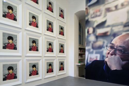 Výstava   Zhang Xiaogang — Slivoň a dívka (1.12. 17 14:23:52)