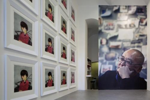 Výstava   Zhang Xiaogang — Slivoň a dívka (1.12. 17 14:23:50)